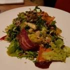 Foto zu Lumi · Seezeitlodge: Blattsalate mit Karotten-Ingwerdressing, Wildkräutern und gehobeltes Gemüse