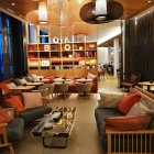Foto zu Lumi · Seezeitlodge: Bücherecke im Barbereich