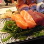 Foto zu Koza: Lachs-/ Tuna-Sashimi auf Wakamesalat