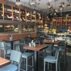 Foto zu Ecco - Italienisches Cafe und Feinkost: Die Theke mit Sitzgelegenheiten