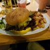 """""""Albert's BIG Burger""""- ein Saftiger Beef Burger 180 g mit glasierten Zwiebeln, Käse, knusprigem Bacon, Salat und leckerer Burger-Sauce, dazu knusprige Country Potatos und Sour Creme Dip für 10,50 €"""