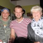 Foto zu Waldidyll im Elsthal: unsere zwei Köche und Chris, unser Aushilfskellner in der Mitte