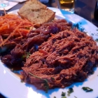 Foto zu Smoke&Flames: Pulled pork, Rotwein-Barbecue-Zwiebeln, Knoblauchbrot