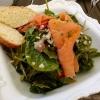Spinat-Rucola-Salat mit Himbeerdressing und Räucherlachs