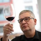 Foto zu DETLEVs WINE TASTING CLUB: Sommelier Detlev Heinrich verkostet jeden angebotenen Wein selbst.