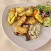 Seehecht im Backteig mit Sauce Remoulade, Röstkartoffeln und einer Salatvariation