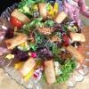 Salatteller mit frittierten Frühlingsrollen
