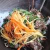 Rindfleisch auf Reisbandnudeln