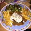 Südamerikanische Steakhüfte überbacken mit einer Meerrettichfrischkäsehaube, dazu Rosenkohl-Zwiebelgemüse und Pommes Frites für 13,80 €