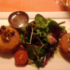Foto zu Restaurant Perlhuhn im Haus Wittenberg: Knusprig gebackener Ziegenkäse/kandierte Honigwalnüsse/Mirabellenchutney/Salat