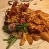 Zwiebelsenf-Rostbraten vom argentinischen Roastbeef mit Speckbohnen und Wedges
