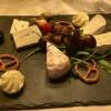 Käsetrio mit Trauben und Salzgebäck