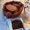 Gruß vorab: Oliventapenade und Brot