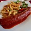 Currywurst XL mit Pommes frites und Salatbeilage