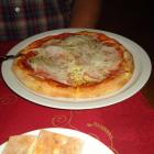Foto zu Ristorante Bella Italia: kleine Pizza Salami, Schinken, Zwiebeln