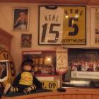 Foto zu Landhaus Kehl: Elternhaus des Fußballers Sebastian Kehl - Devotionalienecke im Restaurant