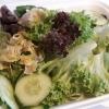 Salat zum Lachs mit Essig und Öl