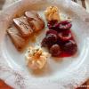 4. Gang - Tobleroneparfait mit warmen Rotweinzwetschgen