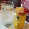 Holunderlimonade und hausgemachte Limonade aus Orange, Zitrone und Minze
