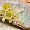 Jahrgangs-Sardine mit Olivenöl-Perlen und Puntarelle