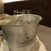 Weinkühler mit Eis und Weinkaraffen