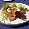 Wilder grüner Spargel mit pochiertem Ei, Crème von Baby-Calamar und Livarschinken