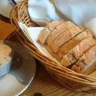 Foto zu Hunsrücker Fass: Küchengruß: Frisches Weißbrot mit mediterraner Frischkäsecreme