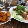 Gebratenes Lachsfilet im Sesamkleid an Salatvariation in Balsamico-Dressing und gebackenen Kartoffelecken