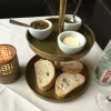 Baguette mit Butter, Basilikum- und Olivenpesto