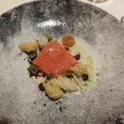 Foto zu Burg Staufeneck · Gourmetrestaurant: Gebeizter Eismeersaibling, Kohlrabi in Formen und Strukturen, Fichtenmoos, Pilze, Beerenbung