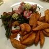 Rosa gebratene Lammhüfte, Kartoffelspalten, Speckbohnen und Kräuterbutter