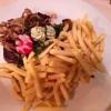 Rumpsteak vom Angus-Rind mit Pommes frites, frischen Pilze mit Schmorzwiebeln und einer rosa Pfeffersauce