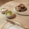 Hausgemachte Sauerteig- und 5-Korn-Brötchen mit Sauerkraut-Quarkcreme (links) und