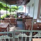 Foto zu Zum Turm: Kleine Außenterrasse des Restaurants