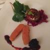 Vorspeise - Tranchen vom Pastramilachs/Bug Filet, Praline vom Ziegenfrischkäse, Rotkohlsalat, Brombeer- Rosmarin Marmelade und Kräutersalat
