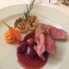 Hauptgericht - Kalbsfilet Pistazienbutter, Barolo-Schalotten und Kartoffel Spinat Roulade