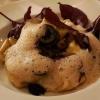 Tortellini mit Ricotta-Steinpilzfüllung, schwarze Walnussbutter und Hagebuttenschaum