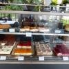 Gut gefüllte Kuchen- / Tortentheke