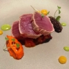 Gang 2: Thunfisch-Tataki auf Paprikacrème