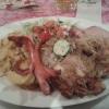 Großen Klinkenteller mit Kaßlersteak, Schweinesteak, gebratenen Würstchen, einem kleinen Schnitzel, Champions, Zwiebel und Kräuterbutter mit Bratkartoffeln