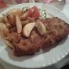 Schnitzel Cordon Blue mit Kartoffelspalten und Salatbeilage