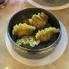 Gedämpfte Nudelteigtaschen mit Haifischflossen, Shrimps, Schwein, Lauch und Karotte gefüllt.
