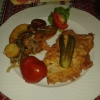"""Ukrainisches Schweineschnitzel """"Seljanska Vtiha"""" mit Drillingskartoffeln, dazu selbst eingelegte Tomaten und Gurken"""