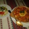 Ukrainischen Hähnchentopf mit bunten Paprika-und Kartoffelstücken in einer Kräuterrahmsoße und Salatteller