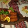 Schweinemedallions mit Tomaten-Paprika-Käse-Sauce, dazu hausgemachte Kroketten