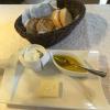Baguette und Körnerbrot mit gesalzener Butter, Rapsöl und hausgemachten Kräuterquark.