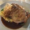 Kotelett vom Holsteiner Sattelschwein mit Estragonmöhren und Kartoffel-Röstzwiebelpüree.