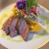 Hüfte vom Sylter Deichlamm - sous vide gegart- mit rotem Linsenpüree und Sprossen-Radieschensalat.