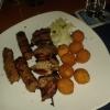 Pola-Pola- einen Schweineschnitzel-Spieß, Cevapcici, dazu Djuwetschreis, Pommes Frites, Zwiebeln und ein kleiner Salat für 10,50 €