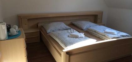 Fotoalbum: Vierbettzimmer Nr. 5 mit Gemeinschaftsbad